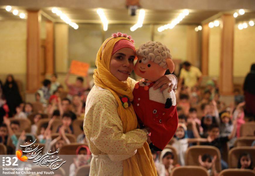 استقبال کودکان از حضور عروسک «مل مل» در جشنواره کودک و نوجوان